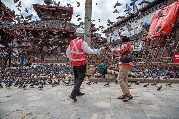 2015年6月24日,53个国家及组织代表抵达尼泊尔加德满都,出席为期两日的地震重建国际会议。与会代表并参观了加德满都的旧王宫广场(杜巴广场)。(Omar Havana/Getty Images)
