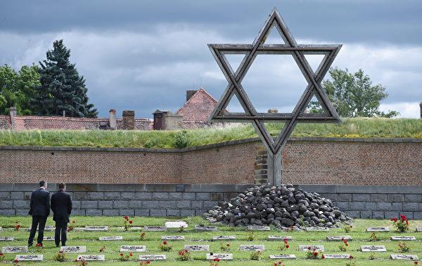 2015年6月23日,捷克泰雷津,德国足球总会体育主管Andreas Rettig和Hansi Flick访问了泰雷津集中营纪念馆。(Markus Gilliar/Getty Images)