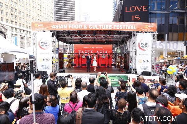 6月26日中午12點,由新唐人電視台和《大紀元時報》聯合主辦的北美最大「亞洲美食節」在紐約時代廣場鳴鑼開幕。百老匯大道42街至43街之間的活動現場擠滿了觀眾。(戴兵/大紀元)