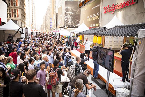 2015年6月26日中午12點,由新唐人電視台和《大紀元時報》聯合主辦的北美最大「亞洲美食節」在紐約時代廣場鳴鑼開幕。曾獲美國美食頻道FOOD NETWORK「至尊主廚」稱號的名廚泰瑞 .弗蘭奇(Terry French)應邀擔任本次活動的明星主持人(愛德華/大紀元)
