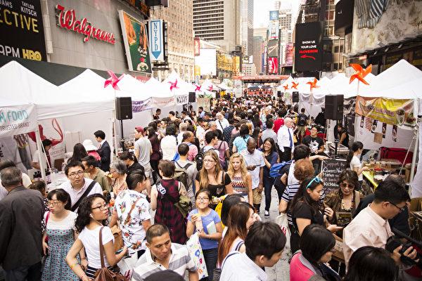 """2015年6月26日中午12点,由新唐人电视台和《大纪元时报》联合主办的北美最大""""亚洲美食节""""在纽约时代广场鸣锣开幕。百老汇大道42街至43街之间的活动现场挤满了观众。(爱德华/大纪元)"""