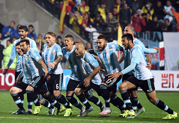 2015年6月26日,在美洲杯足球锦标赛四分之一决赛,阿根廷击败哥伦比亚后球员的欢呼。这场点球PK大战,阿根廷以5:4击败哥伦比亚晋级四强。(PABLO PORCIUNCULA/AFP)