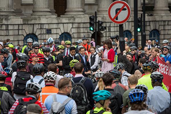 2015年6月24日,英国伦敦,伦敦单车运动(LCC)协会发起示威活动,要求加强道路安全。引发本次抗议活动的事件为6月22日一名华裔女子骑单车时,遭重型泥头车撞死。当局事后证实死者是26岁华裔女子陶英。(Rob Stothard/Getty Images)