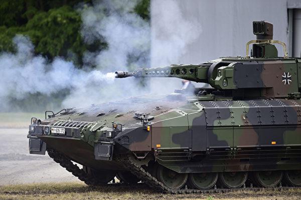 2015年6月24日,德国于尔岑,新的彪马轻型坦克正式交给德国军队。彪马是由克劳斯玛菲维格曼(KMW)和莱茵金属公司(RLS)生产。(by Alexander Koerner/Getty Images)