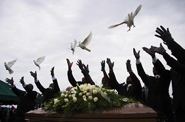 2015年6月25日,南卡罗来纳州查尔斯顿教堂公墓,在枪击案中牺牲的受害者葬礼中释放白鸽,表达对和平的祈愿。(JIM WATSON/AFP/Getty Images)