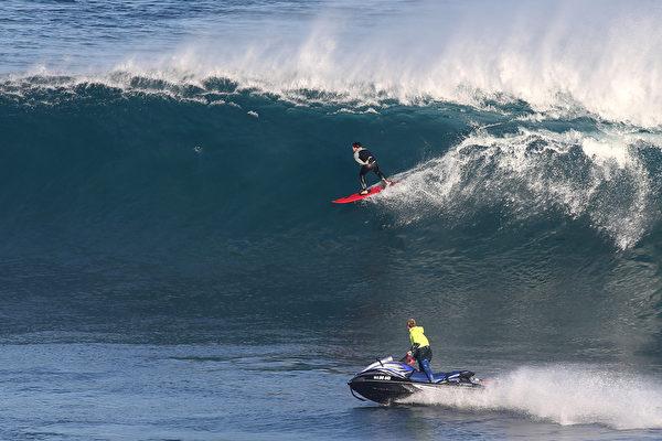 2015年6月27日,澳大利亚珀斯北角格雷斯镇, 冲浪者追逐着波浪。(Paul Kane/Getty Images)