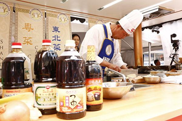 2015年6月27日,第七屆新唐人全世界中國菜廚技大賽決賽正式在紐約時代廣場隆重開場。圖為第二輪東北菜決賽參賽者嚴哲正在準備參賽菜目。(戴兵/大紀元)