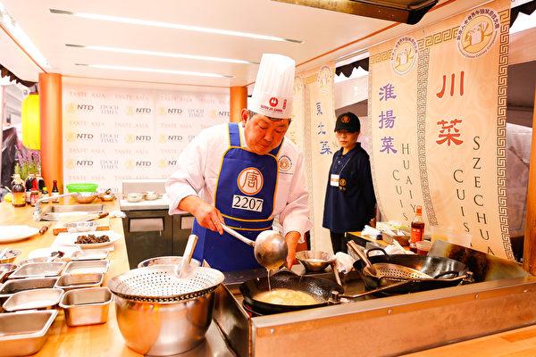 6月27日,來自美國馬里蘭的魯菜師傅吳守功在紐約時代廣場參加第七屆新唐人全世界中國菜廚技大賽決賽。(戴兵/大紀元)