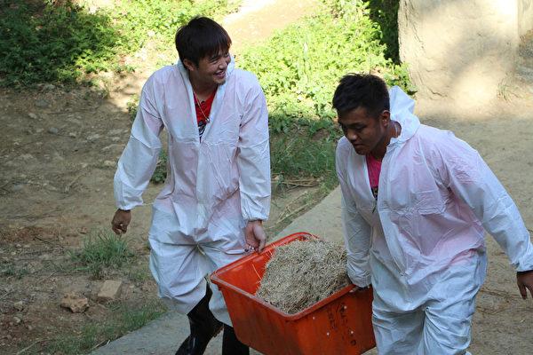義大犀牛隊球星林瑋恩、陳凱倫擔任壽山動物園一日保育員。(高雄市觀光局提供)