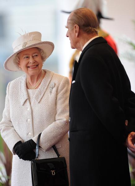 女王伊丽莎白二世与丈夫菲利普亲王。(PAUL HACKETT/AFP/Getty Images)