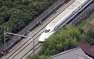 載有約1000人的列車緊急停駛,後來停靠附近車站。(AFP)