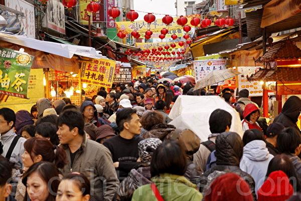 臺北市迪化街年貨大街,民眾過年採買年貨的情景。(林伯東/大紀元)