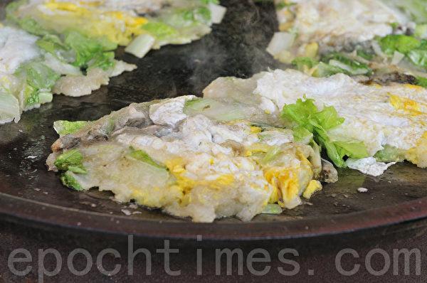 蚵仔煎以牡蠣為主要原料的海產食物。(蘇玉芬/大紀元)