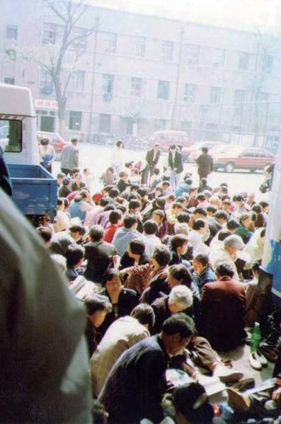 1999年4月21日,法轮功学员去天津教育学院和平反映情况。没想到天津公安局竟殴打学员,并于23日开始驱逐与抓人。(明慧网)