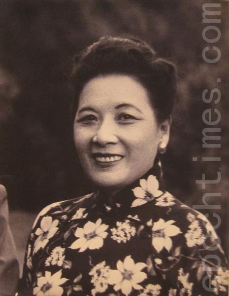 蒋宋美龄夫人的花旗袍引领风气之先,大胆把花色穿上身。(摄影:钟元/大纪元)