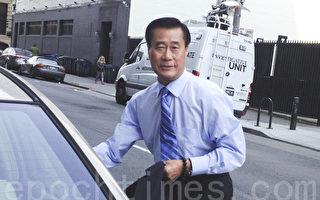 2014年8月7日,被停职的加州参议员余胤良在旧金山联邦法庭听证后,准备驱车离开。(周凤临/大纪元)