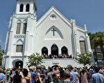 自從6月17日南卡羅萊納州查爾斯頓槍擊案後,種族仇恨又重新引起了美國社會的重視。圖為查爾斯頓的社區教堂悼念遭屠殺的9名罹難者。(MLADEN ANTONOV/AFP/Getty Images)
