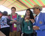 陳源松(右1)向外籍學生介紹台灣在地美食。(陳源松提供)