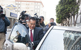 7月1日,前加州参议员余胤良出庭认罪后,迅速乘车离开。(周凤临/大纪元)
