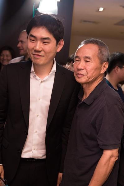 以《她们的孩子》荣获评审团特别奖的韩裔加拿大籍导演申大根开心地与心仪已久的侯导合照。(台北电影节提供)