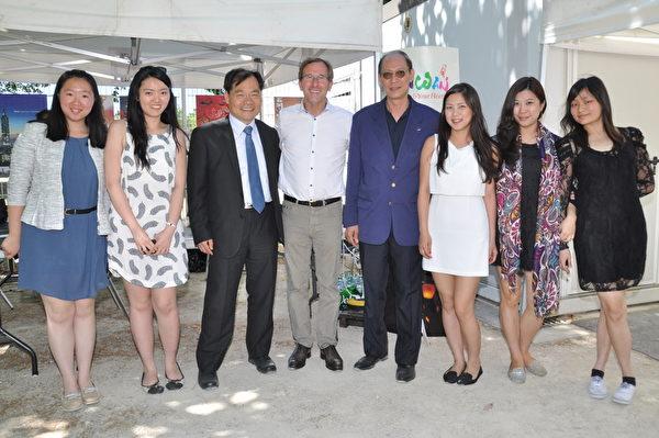 图为台湾代表处曾组长水龙与Philippe_Pemezec市长及施龙侨务委员等人合影。(代表处提供)