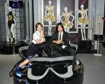 五月天成員瑪莎(右)和Ella於7月3日在台北一同出席「請進唱片行」展覽活動。(相信音樂提供)