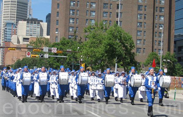 卡爾加里牛仔節7月3日以大遊行拉開序幕,法輪功隊伍以天國樂團領頭。(林採楓/大紀元)