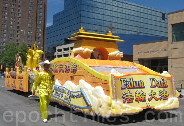 卡爾加里牛仔節7月3日以大遊行拉開序幕,法輪功隊伍的金色花車色彩明麗。(林採楓/大紀元)