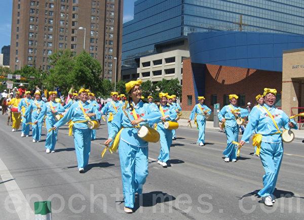卡爾加里牛仔節7月3日以大遊行拉開序幕,腰鼓隊步伐整齊,鼓聲響亮。(林採楓/大紀元)
