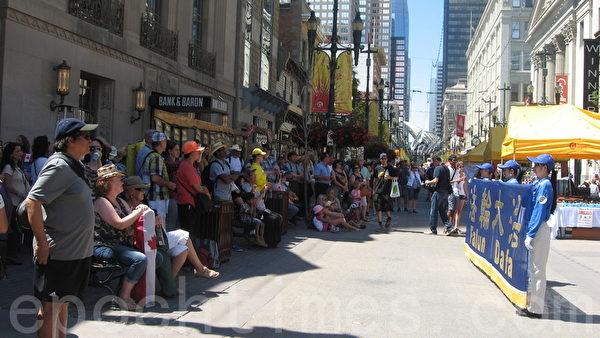 卡爾加里牛仔節7月3日以大遊行拉開序幕,天國樂團在步行街的表演吸引眾多遊客駐足。(林採楓/大紀元)