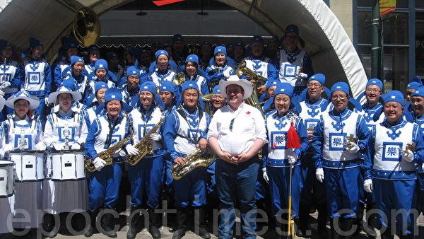 卡爾加里牛仔節7月3日以大遊行拉開序幕,加拿大聯邦部長康尼特意前來觀看天國樂團表演。(林採楓/大紀元)