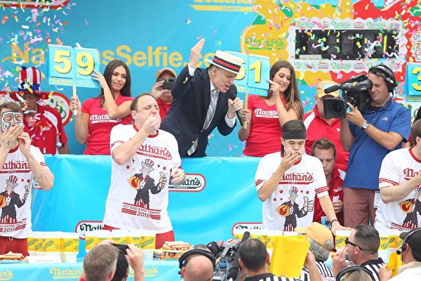 2015年纽约国际吃热狗比赛新秀斯通尼击败切斯纳夺冠