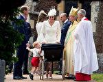 乔治王子踮起脚尖探视婴儿车里的妹妹,兄妹情深,萌度破表。 (Matt Dunham /Getty Images)