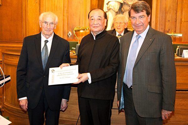 台文化部長洪孟啟為歐樂思神父(左)頒獎。(代表處提供)