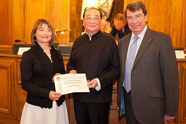 台文化部長洪孟啟為艾茉莉女士(左)頒獎。(代表處提供)