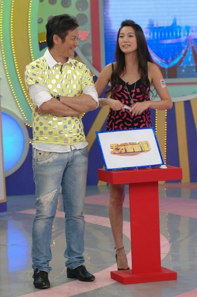 综艺节目主持人徐乃麟(左)与女星林韦君录影画面。(华视提供)