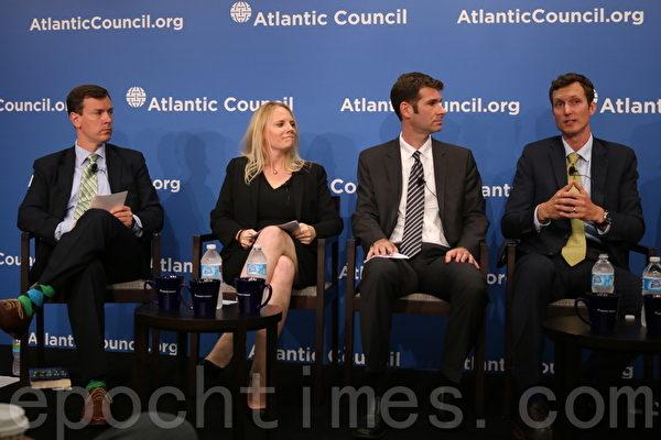 7月7日,美國大西洋理事會(Atlantic Council)舉辦研討會,討論由小說《魔鬼艦隊》引發的美中關係議題。左三為皮特·辛格(Peter W. Singer),左四為奧格斯特·柯爾(August Cole)(蕭桐/大紀元)
