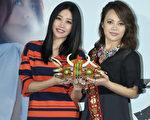 戴愛玲(右)於7月9日在台北舉辦發片記者會,好姐妹A-Lin貼心送上排灣族貴族頭飾,祝福她鴻運當頭。(台灣索尼提供)
