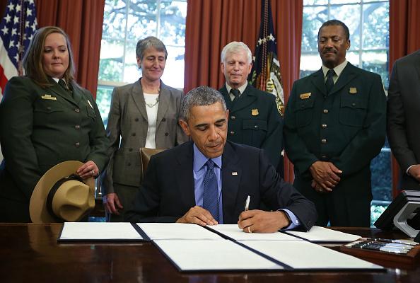美国总统奥巴马7月10日签字﹐将内华达州的盆地和山脉区、加利福尼亚州的贝里埃萨雪山和得克萨斯州的韦科猛犸遗址列为国家名胜保护区。(Alex Wong/Getty Images)