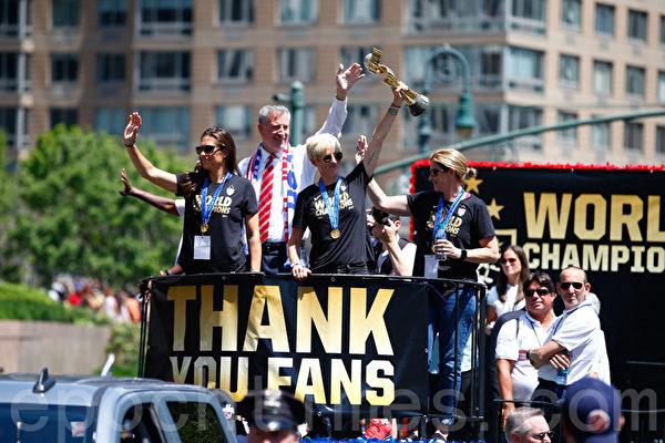 紐約市長白思豪(左2)和他的太太、女足球員卡莉‧洛伊德(左1)和梅根‧拉皮諾(左3)等在遊行花車上。(戴兵/大紀元)
