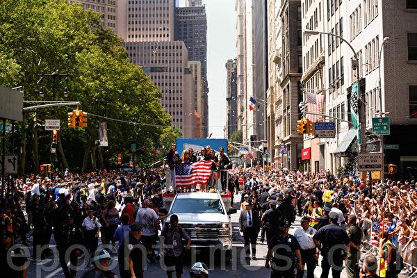 美國女足全體球員在紐約市長白思豪的陪同下,分乘十幾輛敞篷大巴,在沿途數十萬人的歡呼聲中,從曼哈頓南端的寶林綠(Bowling Green)沿百老匯途經堅尼路(Canal Street)遊行到市政廳。 (戴兵/大紀元)