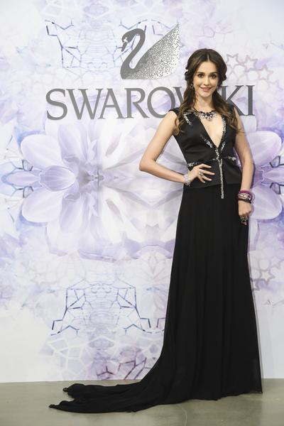 瑞莎穿上巴黎訂製的水晶垂墜禮服出席活動。(公關提供)