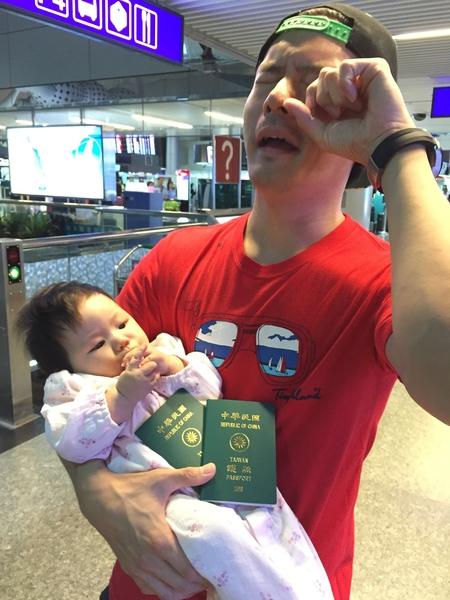 只差一分鐘宥勝就無法帶女兒登機。(怡佳娛樂提供)