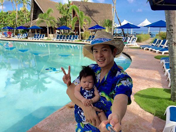 宥勝與女兒到關島當觀光客自拍,身後冒出第三隻手比YA。(怡佳娛樂提供)
