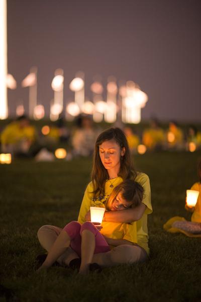 2015年7月16日晚,美國地區部分法輪功學員彙集在首都華盛頓DC紀念碑前舉行燭光夜悼。(愛德華/大紀元)