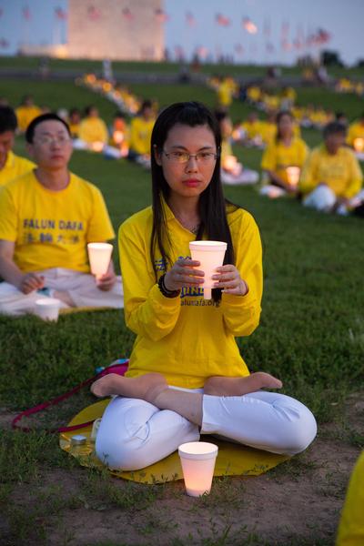 2015年7月16日晚,美國地區部分法輪功學員彙集在首都華盛頓DC紀念碑前舉行燭光夜悼。(戴兵/大紀元)