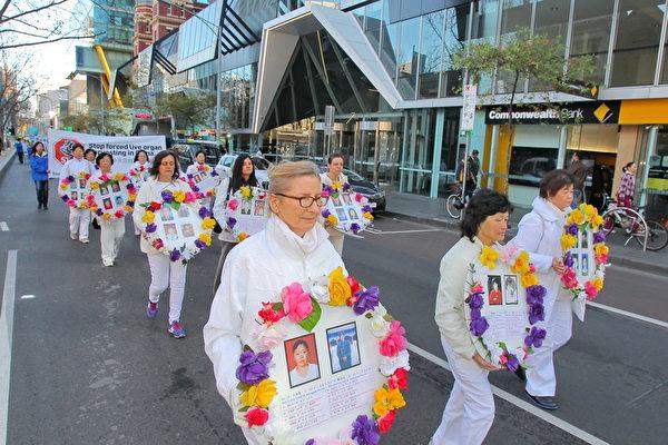 2015年7月18日,墨尔本法轮功学员在市中心举行游行活动。 (陈明/大纪元)