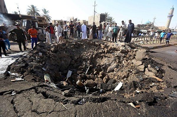 2015年7月17日,恐怖组织伊斯兰国(IS)利用装有1吨爆裂物的卖冰车,在伊拉克东部迪亚拉省(Diyala)一处市集发动自杀攻击,造成惨重伤亡。图为迪亚拉省的一条主要道路被炸出一个大坑。(AHMAD AL-RUBAYE/AFP/Getty Images)