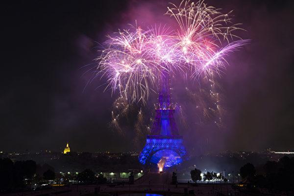 艾菲爾鐵塔上空7月14日舉行大型精采煙火表演,慶賀法國國慶巴士底日。(JOEL SAGET/AFP)