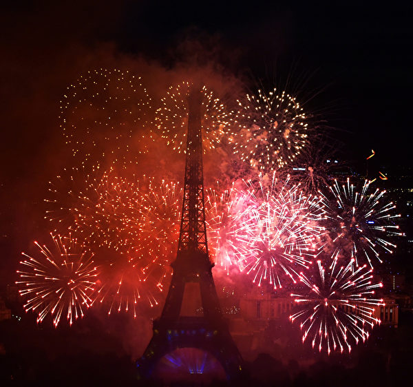 艾菲爾鐵塔上空7月14日舉行大型精采煙火表演,慶賀法國國慶巴士底日。(DOMINIQUE FAGET/AFP)